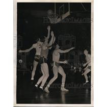1945 Press Photo NYC Don Otten of Bowling Green vs Rensselears Joe Grove