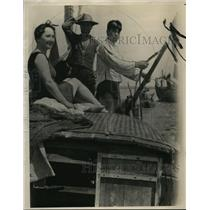 1931 Press Photo Freda Frommel in a Lampa Off Coast. - nee57505