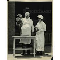 1923 Press Photo Dr Cy De Fry & nurse with a baby lion cub - nex82429