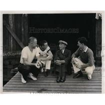 1935 Press Photo Head Syracuse Rowing Coach Jim Ten Eyck gives pointers