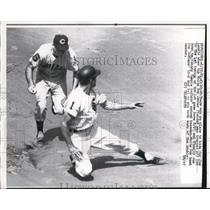 1961 Press Photo White Sox Jim Landis trapped off 1st by Indians Johnny Temple