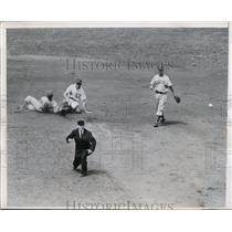 1947 Press Photo Cubs Andy Pafko knocks down Dodger shortstop Pewee Reese