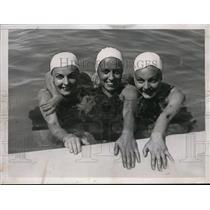 1935 Press Photo Elizabeth & Erna Komoa in 220 backstroke, Alice Bridges