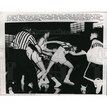 1961 Press Photo Joe Scott ducks punch thrown by Wayne Hightower - nes33758