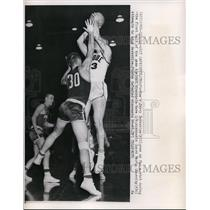 1960 Press Photo Purdues Jerry Berkshire goes up for shot vs Wisconsin