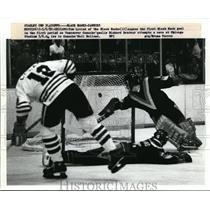 1952 Press Photo Black Hawks Tom Lysiak scores vs Canucks Richard Brodeur