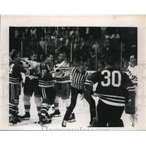 Press Photo NHL fight at Black Hawks vs NY Rangers game - nes35674