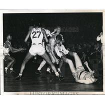 1945 Press Photo Elmore Collins of LIU scores vs Valpariso's Hal King,Ed Susnis