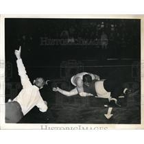 1941 Press Photo Milton Weiss U of Chicago wrestler vs Bob Wolf of U of Pa