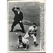 1949 Press Photo Indians Bob Kennedy out at 2nd vs Yankees George Stirnweiss