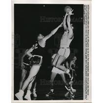 1951 Press Photo NYU's Jim Brasco vs Colgate's Dan Warren at NYC basketball