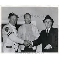 Press Photo Bobby Hull of Chicago Blackhawks with 2 un identified men