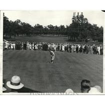 1928 Press Photo Abe Espinosa putting on the 18th green as gallery watches
