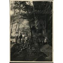 1923 Press Photo group of men standing next to cliff wall in Kentucky mountains