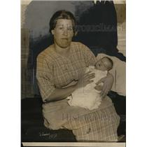 1924 Press Photo Mrs William Henioth and 19 lb baby boy. - nee64780