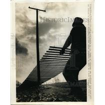 1970 Press Photo Camden Del. William Reese prepares to roll up snow fence.