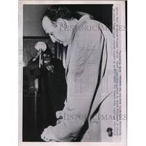1951 Press Photo Lou Lipman of LIU charged with taking bribe thowing game