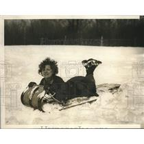 1929 Press Photo Mabel Peck RReading for Sledding at Buck Hill Falls Pennsylvani