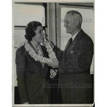 1939 Press Photo Frances Chapman Receives Hawaiian Lei from Father Roy N.