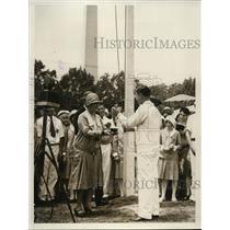 1929 Press Photo Mrs Hoover presenting cup to Joe Jackson - nee57419