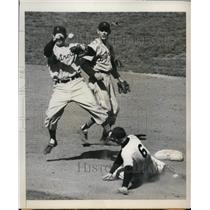 1950 Press Photo Yankee Bobby Brown out at 2nd vs Gerry Priddy of Tigers
