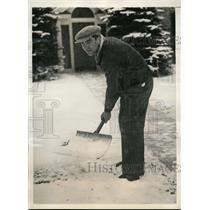 1934 Press Photo Boxer Max Schmeling shovels snow at Pompton Lakes NJ camp