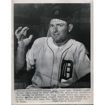 1951 Press Photo George Kell Tigers 3rd baseman & injury to his hand - nes37600