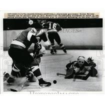 1976 Press Photo Barons Gilles Meloche vs Flyers Bill Barber at Richfield Ohio
