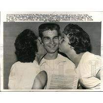 1959 Press Photo Raymond Culp Jr, mom & sister ass he signs Phils contract