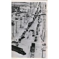 1965 Wire Photo When this large truck jackknifed on a busy street on - cvw09027