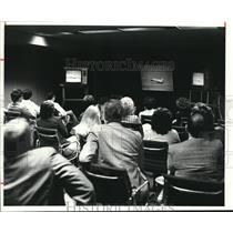 1981 Press Photo Employees of Eaton Corp. watch shuttle landing at Corp.