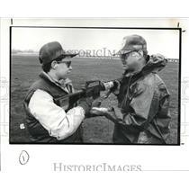 1989 Press Photo Loren Metzler and Sgt. James Durbin at Camp Berry - cva86785