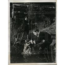 1938 Press Photo Richard Morris and Dick Dennen Fishing at Red Bank New Jersey