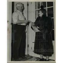 1950 Press Photo Henry Soeder & Mrs Roy Madden of Cleveland Ohio Red Cross
