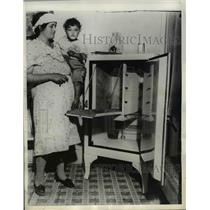 1934 Press Photo Mrs Henry Patva and her son looking into an empty ice box