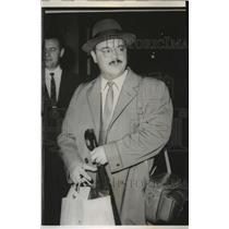 1960 Press Photo New York Expelled Soviet arrives at Idlewild Airport