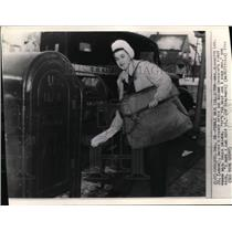 1944 Wire Photo Mrs. Lee as Chicago's 1st woman mail truck driver - cvw14220