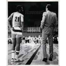 1972 Press Photo Baltimore Bullets Archie Clark & coach Gene Shue - nes39871