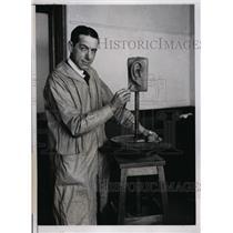1934 Press Photo Nat Holman coach of CCNY basketball team at sculpture class