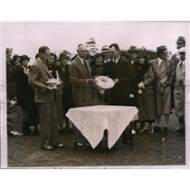 1935 Press Photo George Dunlap Jr, Lester Tyrell trophy to golfer John Johnson