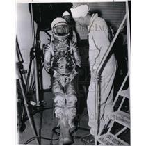1962 Press Photo Scott Carpenter's suit checked by Joe Schmitt in Aurora 7