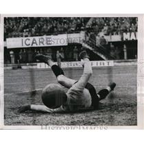 1953 Press Photo Florence Italy Fiorentina soccer goalie sent ball into own net