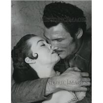 1955 Press Photo Jack Palance And Barbara Rush In Kiss Of Fire