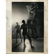 1940 Press Photo Mike Novak of Loyola vs St John's at basketball in NY