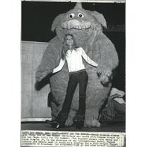 1971 Wire Photo Nancy Sinatra with Thog, Muppet characters moved from Sesame St