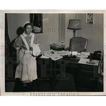 1941 Press Photo Irish Maid cleans Mr. Willkie Personal office suite