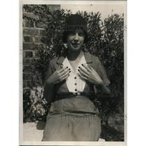 1930 Press Photo Helen Leonard with black fingernail to match the Fall ensemble