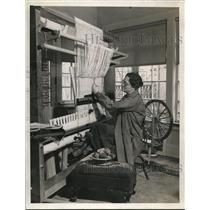 1938 Press Photo Viola W. Quigley , weaving at her home at 14450 Superior Ave