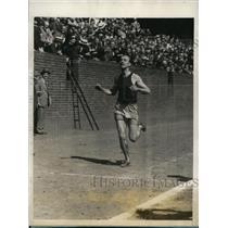 1927 Press Photo C Russell Payne U of PA winner of 2 mile race at Philadelphia
