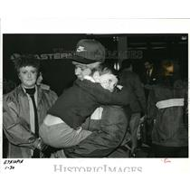 1985 Press Photo Shari R Pfeiffer, Son Joshua Portland Airport - ora68126